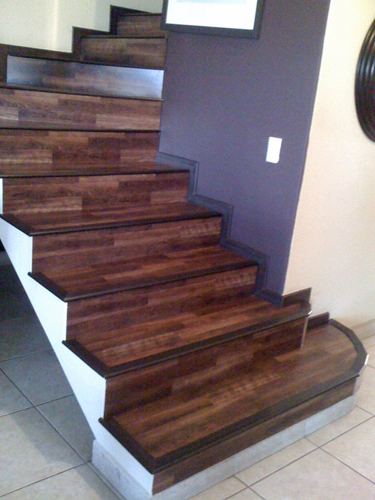 Piso laminado en escalera hermosillo 1 decoraciones suro for Escaleras para 3 pisos