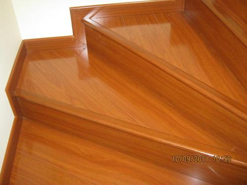 Piso laminado en escalera hermosillo 3 decoraciones suro for Pisos laminados homecenter